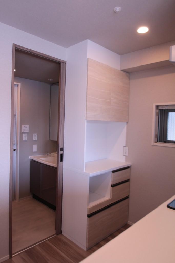 新築マンションのカサーレにオプション工事で食器棚を設置いたしました