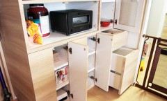 大容量のマンションオプションの食器棚。
