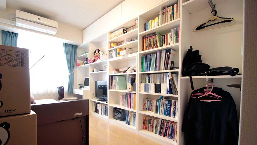 洋室に大きな書棚。