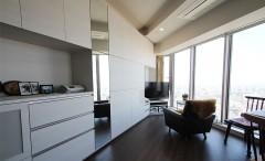 新築マンションのリビングに大パノラマを眺めながらくつろぐ特等席