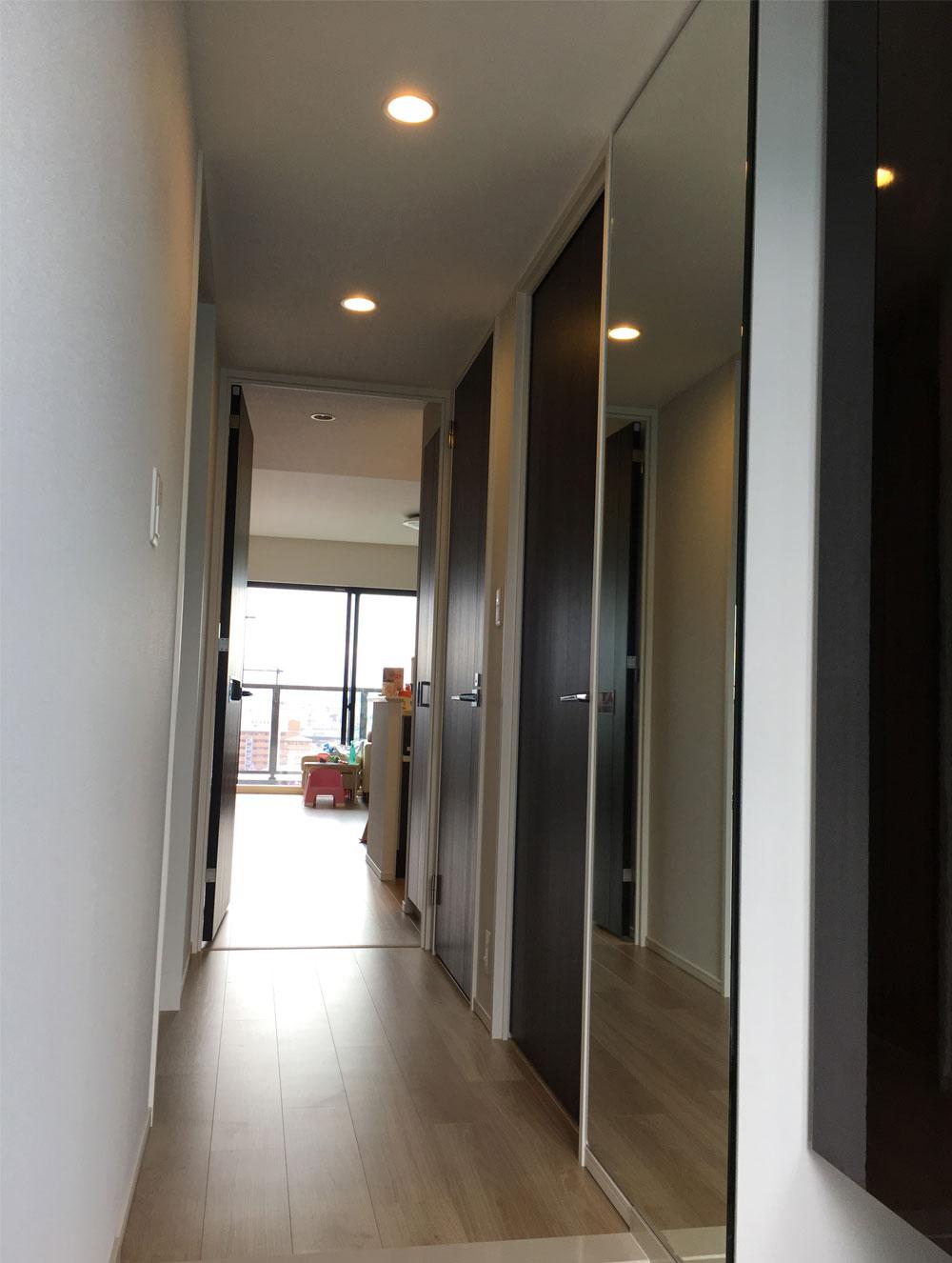 大阪のマンションにて玄関の壁面に全身ミラーを設置いたしました
