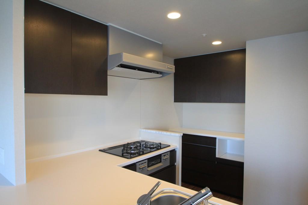 フィールガーデンに食器棚を設置しました