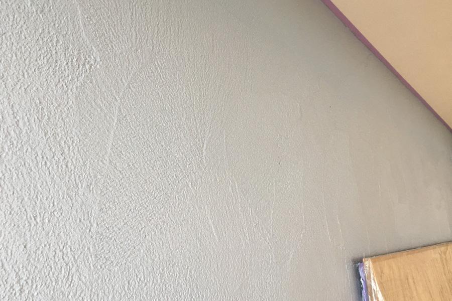 OMPタワーの壁をコテできれいに仕上げています