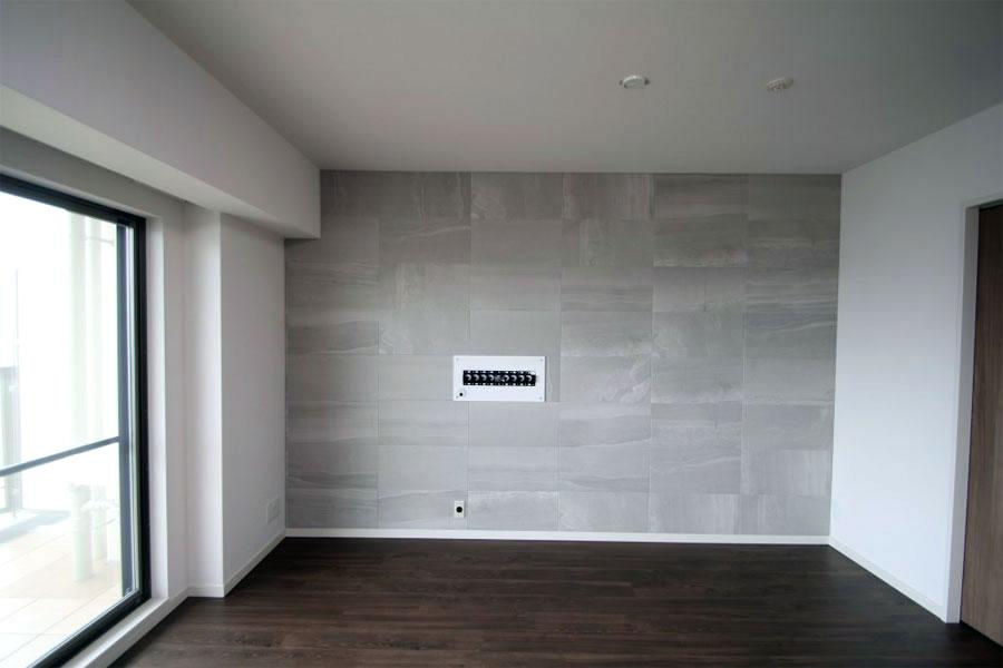 エコカラットを貼った壁と壁掛けテレビおしゃれな新築のインテリア