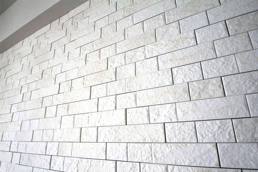 エコカラットを貼った壁に壁掛けTVをつける