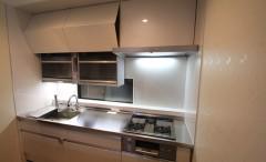 新築マンションのキッチンに電動昇降吊戸棚